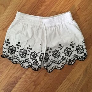 NWT white Vineyard Vines shorts with black accents
